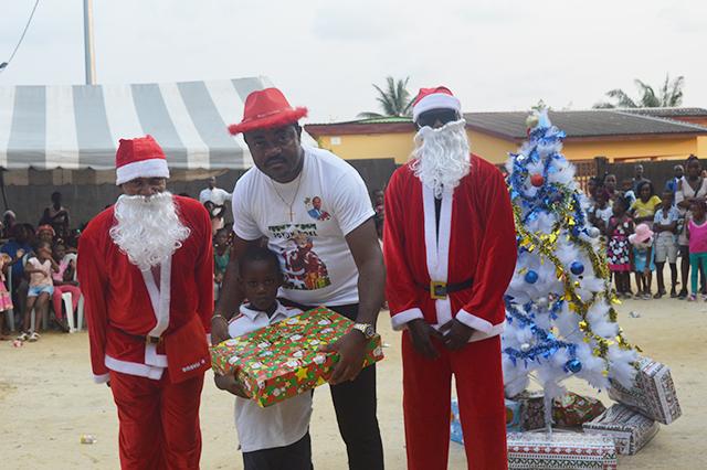 Fête de Noël : RV conduit le traîneau d'Ali Bongo à Nzeng-Ayong – Gabonreview.com